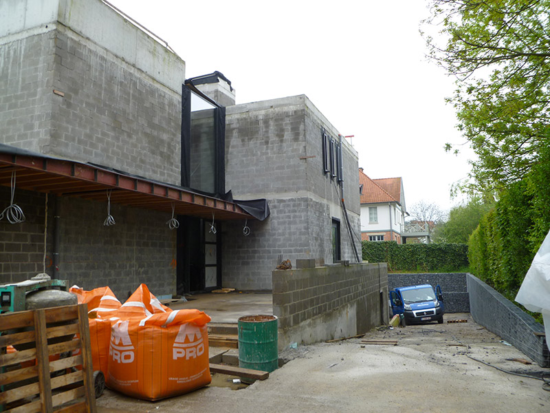 Bureau d architecture extension moderne concept pilotis kraainem